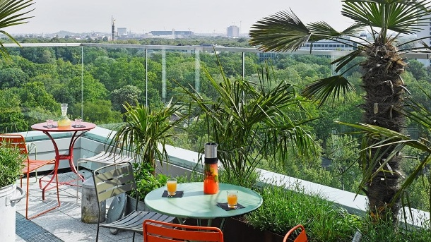 Die Aussicht von der Dachterrasse im 10. Stock: Schauen Sie über den Tiergarten und genießen Sie einen Cocktail in der Monkey Bar. (Quelle: Hersteller)