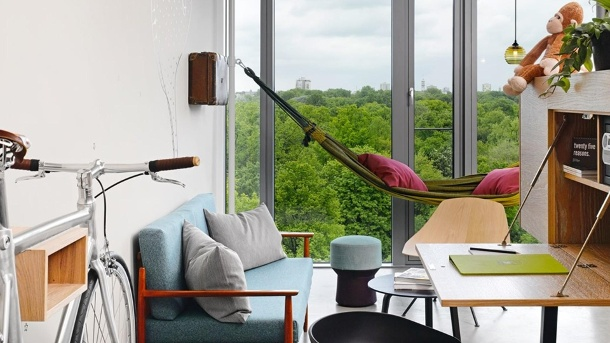 Auszeit in Berlin: Auf der Hängematte im 25hours Hotel genießen Sie einen Ausblick über den Tiergarten. (Quelle: Hersteller)