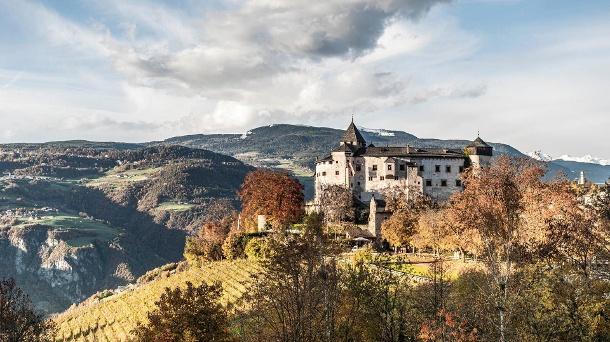 Von den Presulis Lodges haben Sie einen spektakulären Ausblick auf die umliegenden Berge und das Schloss Prösels. (Quelle: Hannes Niederkofler)